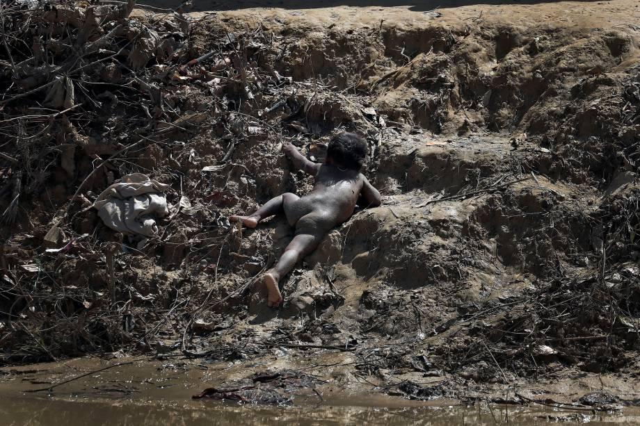 Uma criança rohingya é fotografada rastejando sobre a terra no acampamento de refugiados Cox's Bazar, em Bangladesh - 21/09/2017