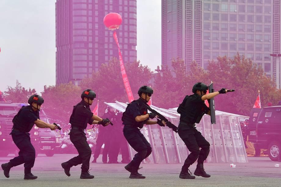 A polícia chinesa realiza uma reunião de juramento de segurança para o 19º Congresso Nacional do Partido Comunista - 25/09/2017