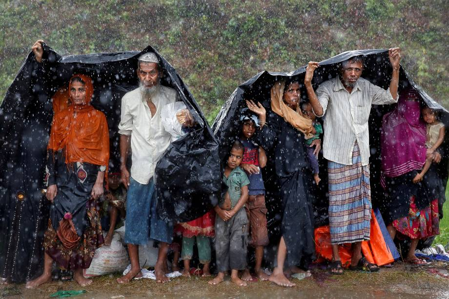 Refugiados Rohingya se abrigam da chuva em um acampamento em Cox's Bazar, Bangladesh - 17/09/2017