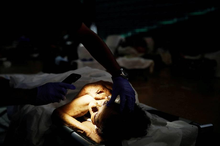Médico checa os olhos de uma mulher ferida em um abrigo para vítimas do furacão Maria, em San Juan, Porto Rico - 26/09/2017