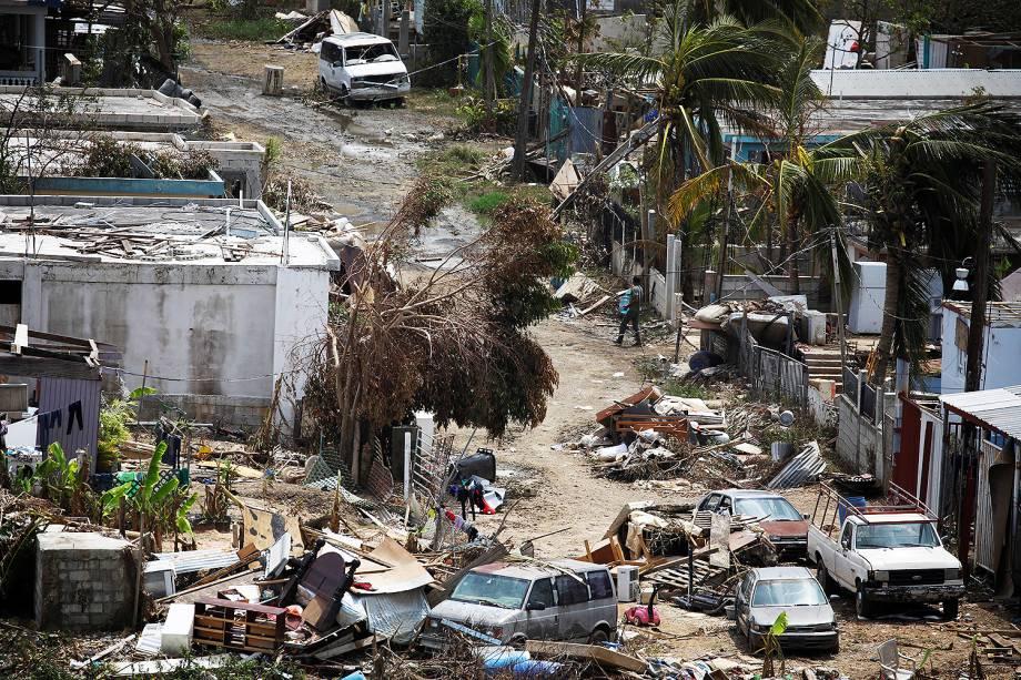 Homem carrega água em um bairro destruído pelo furacão Maria, na cidade de Canovanas, em Porto Rico - 27/09/2017