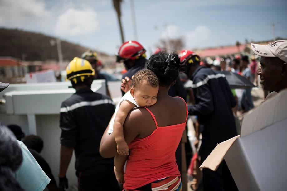 Bombeiros retiram moradores de Marigot em Saint-Martin, após a passagem do furacão Irma - 12/09/2017