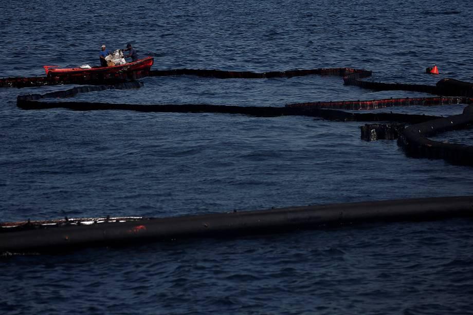 Funcionários fazem limpeza de área onde um pequeno tanque de óleo vazou, na Ilha de Salamina, Grécia - 20/09/2017