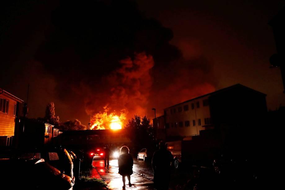 Pessoas observam a fumaça de um incêndio que tomou conta de um armazém durante a última segunda-feira, no bairro de Tottenham, em Londres, Grã Bretanha - 19/09/2017