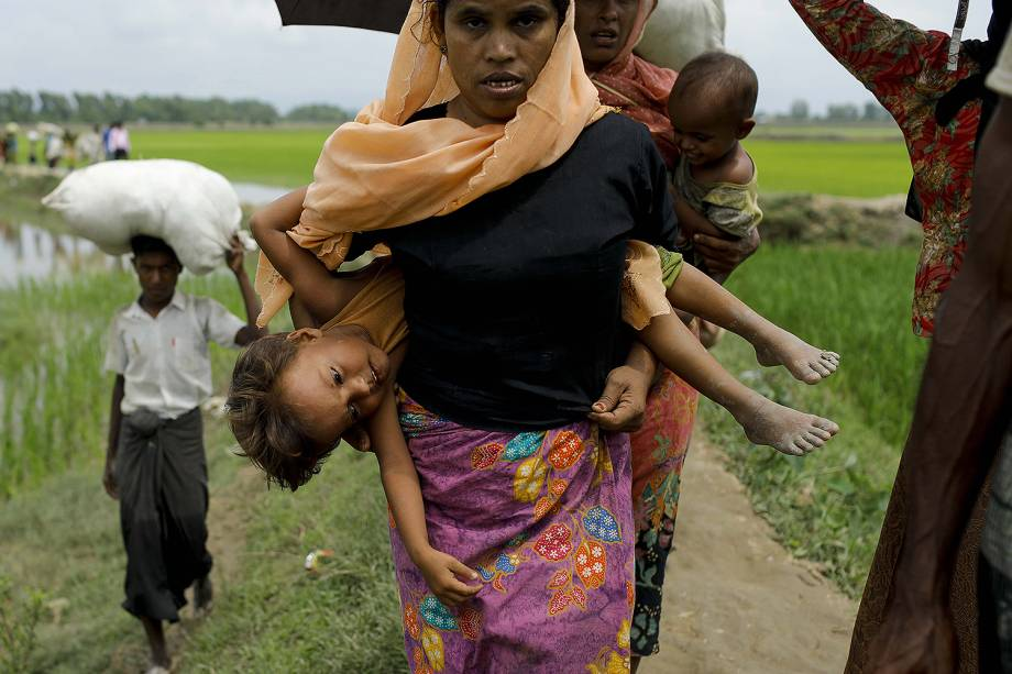 Refugiados rohingya caminham pela lama após cruzar fronteira em Teknaf, Bangladesh - 07/09/2017