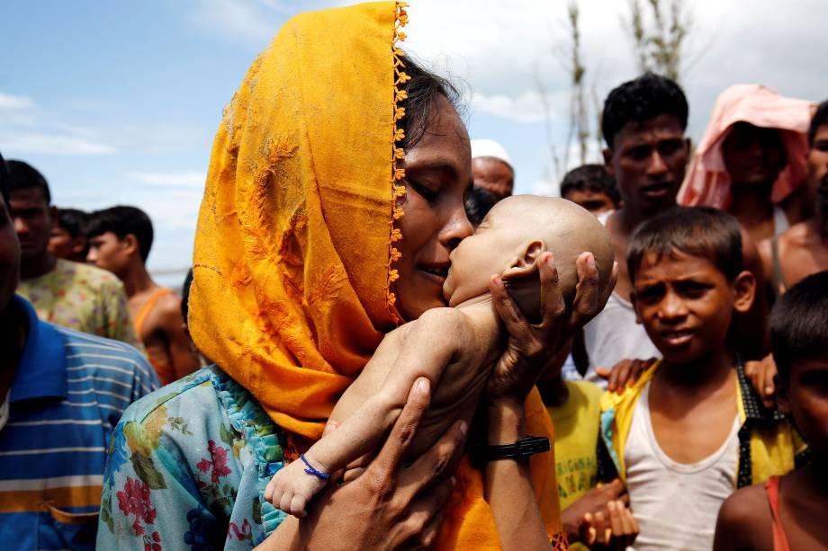 Hamida, refugiada rohingya chora enquanto segura seu filho de 40 dias, que morreu depois do naufrágio de um barco, em Teknaf, Bangladesh - 14/09/2017