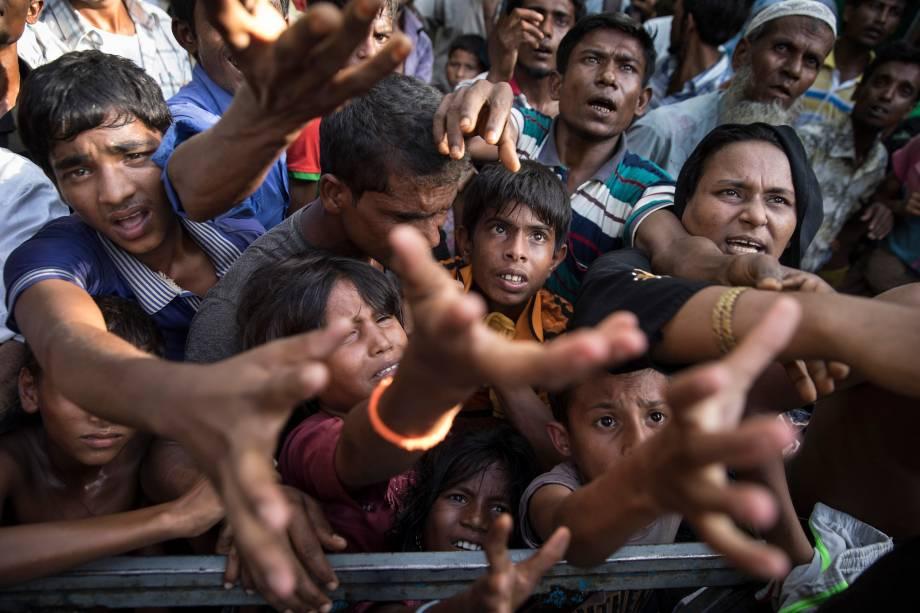 Refugiados rohingya disputam espaço para conseguir comida em Tankhali, Bangladesh. Cerca de 400 mil refugiados rohingya fugiram para Bangladesh desde o final de agosto durante o surto de violência no estado de Rakhine, em Mianmar - 15/09/2017