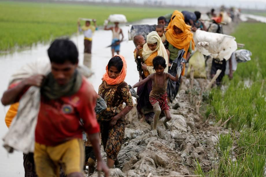 Refugiados rohingya caminham através de um lamaçal depois de atravessar a fronteira Bangladesh-Myanmar em Teknaf - 03/09/2017