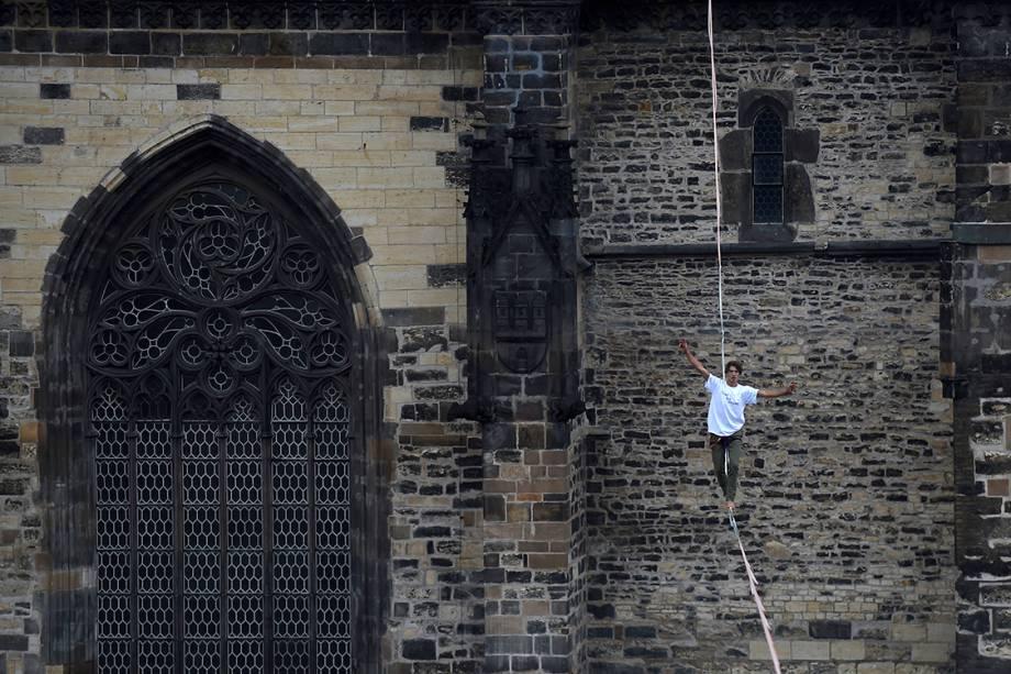 Homem se equilibra em corda bamba na praça Old Town em Praga, na República Tcheca - 25/09/2017