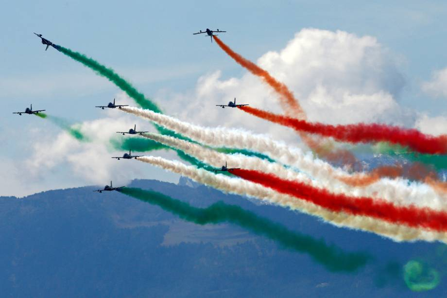 Esquadrão de acrobacias Frecce Tricolori da Itália executa apresentação durante o Breitling Airshow em Sion, na Suíça - 15/09/2017