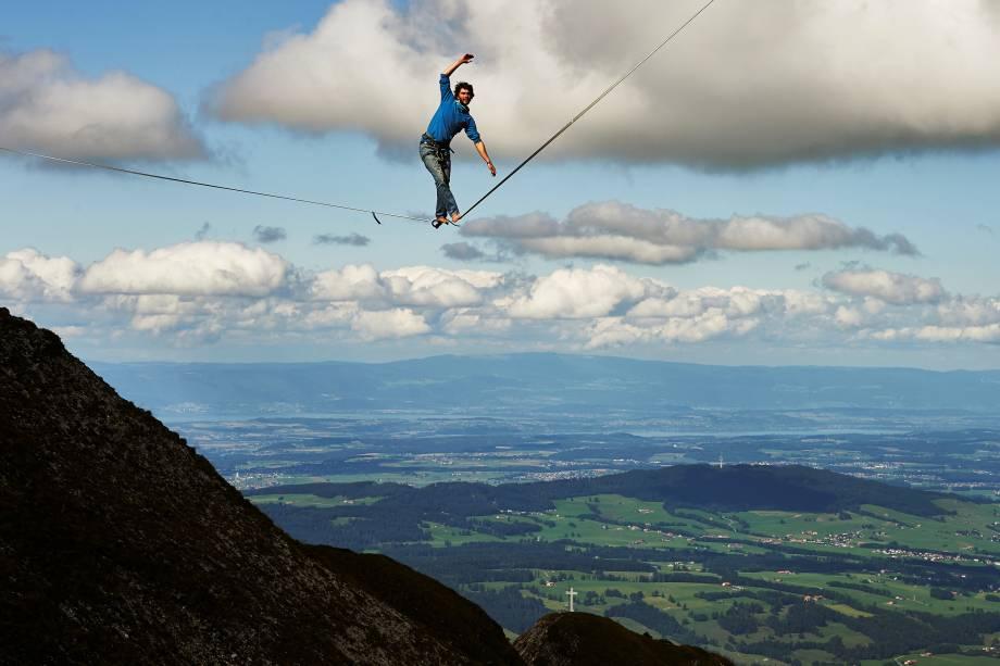 Daniel Laruelle, da África do Sul, participa de uma competição de slackline durante o evento Highline Extreme no pico Moleson, na Suíça - 15/09/2017