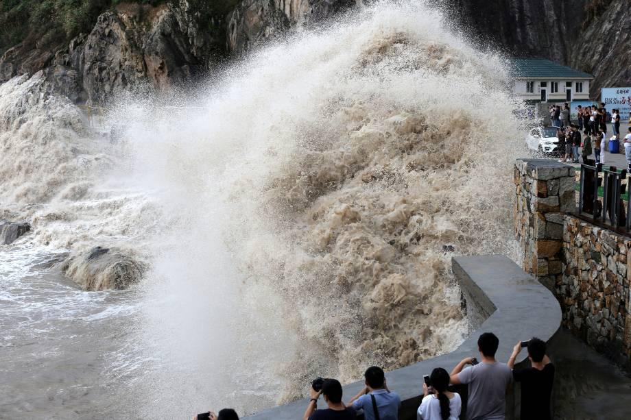 Pessoas observam a fúria do mar enquanto o tufão Talim se aproxima em Wenling, província de Zhejiang, na China - 14/09/2017