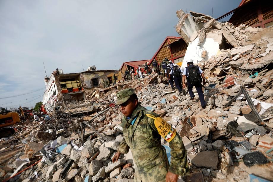 Soldados trabalham para remover os destroços de uma casa destruída em um terremoto de 8,2 graus de magnitude que atingiu a costa sul do México na madrugada desta sexta-feira, em Juchitan