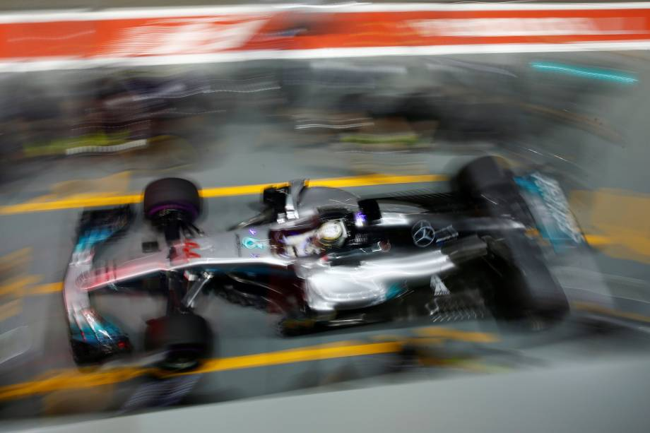 O piloto britânico Lewis Hamilton da Mercedes faz uma parada nos boxes durante sessão de treinos livres para o Grande Prêmio de Singapura - 15/09/2017