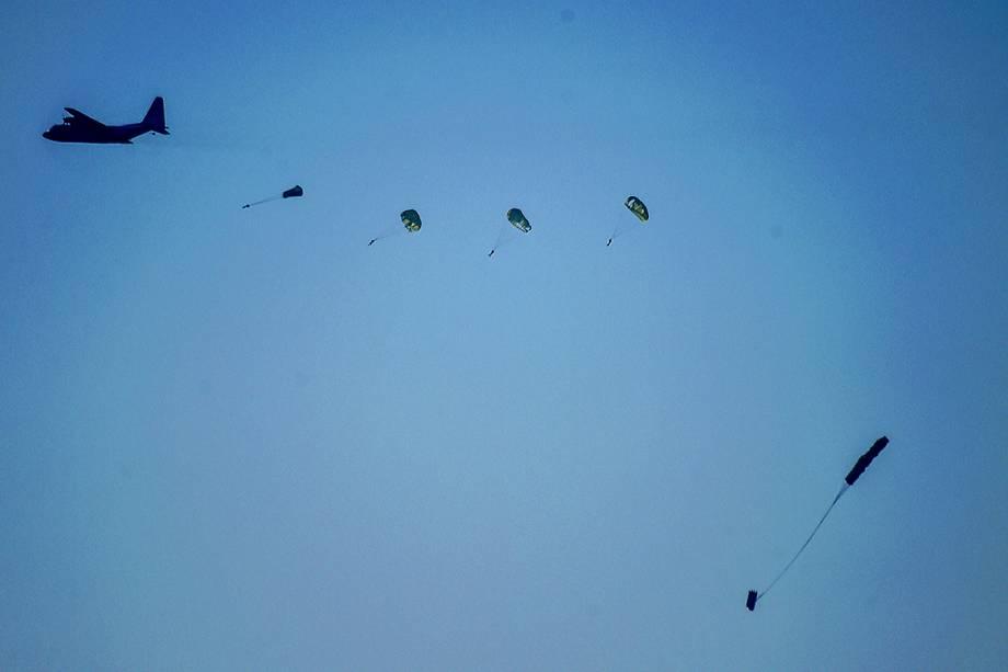 Paraquedistas turcos saltam de aeronave para base naval durante operação de entrega de equipamento médico em Aksaz - 20/09/2017