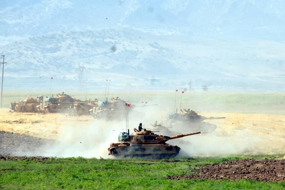 Tanques de guerra da Turquia são vistos durante um treinamento militar em Silopi, perto da fronteira com o Iraque - 19/09/2017