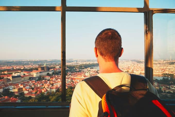 Foto: Viajante conhecendo cidade