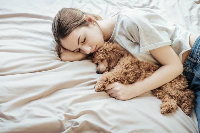 Pessoa dormindo com cachorro