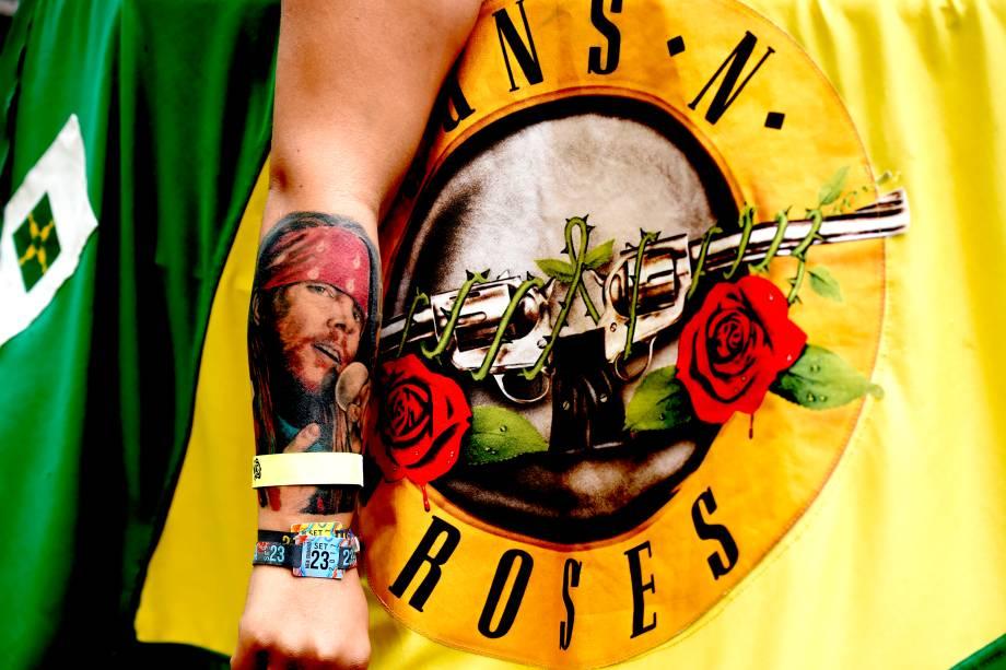 Fã exibe tatuagem em homenagem a Axl Rose, vocalista da banda Guns'n'Roses, durante o festival São Paulo Trip