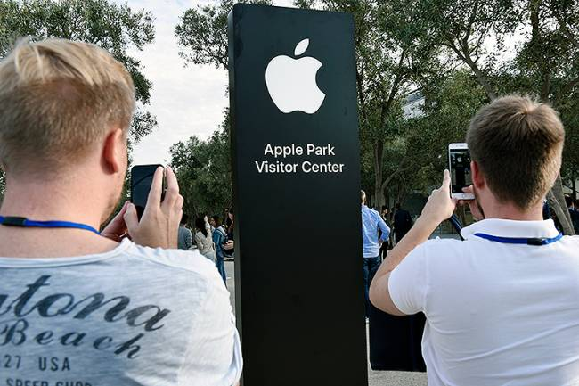 Pessoas se reúnem no teatro Steve Jobs aguardando o início da cerimônica de lançamento dos novos produtos da Apple, em Cupertino, na Califórnia