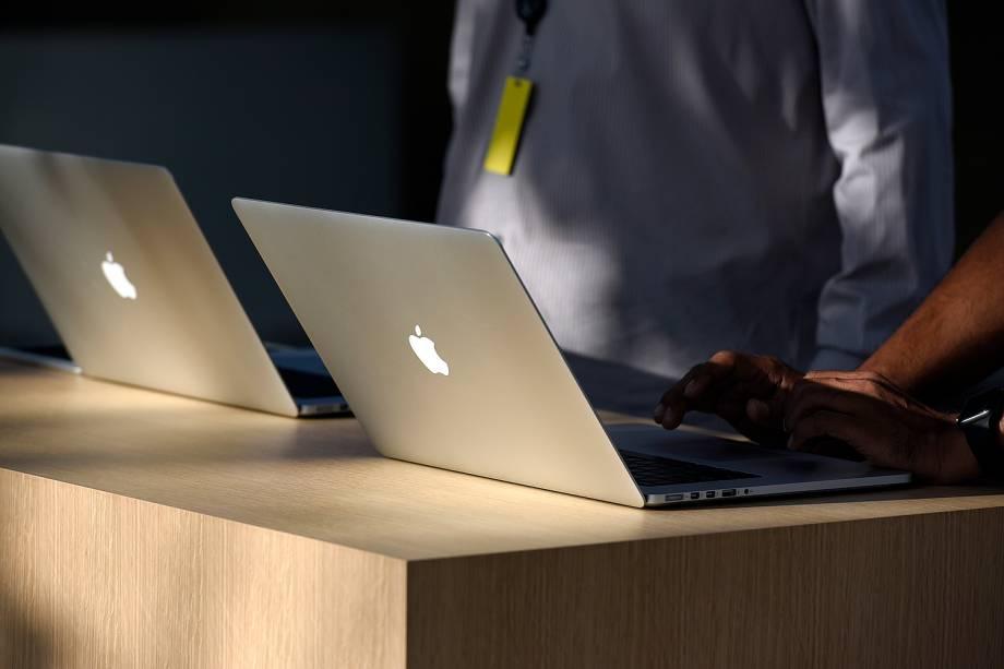 Empregados da Apple em frente ao Steve Jobs Theatre no Apple Park, em Cupertino, na Califórnia, para o lançamento do novo IPhone - 12/09/2017