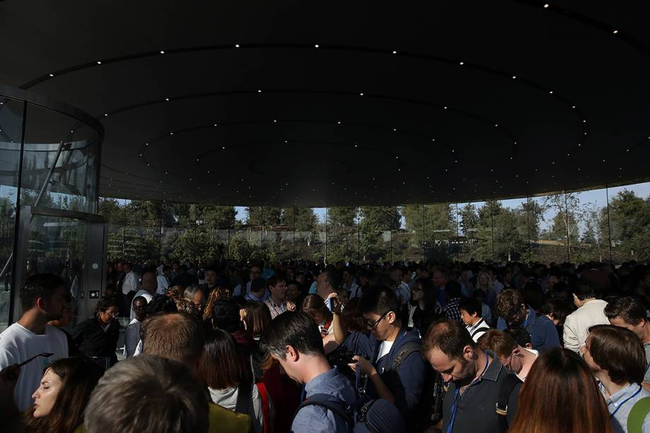 Pessoas se reúnem em frente ao teatro Steve Jobs para evento de lançamento dos novos produtos da Apple em Cupertino, na Califórnia