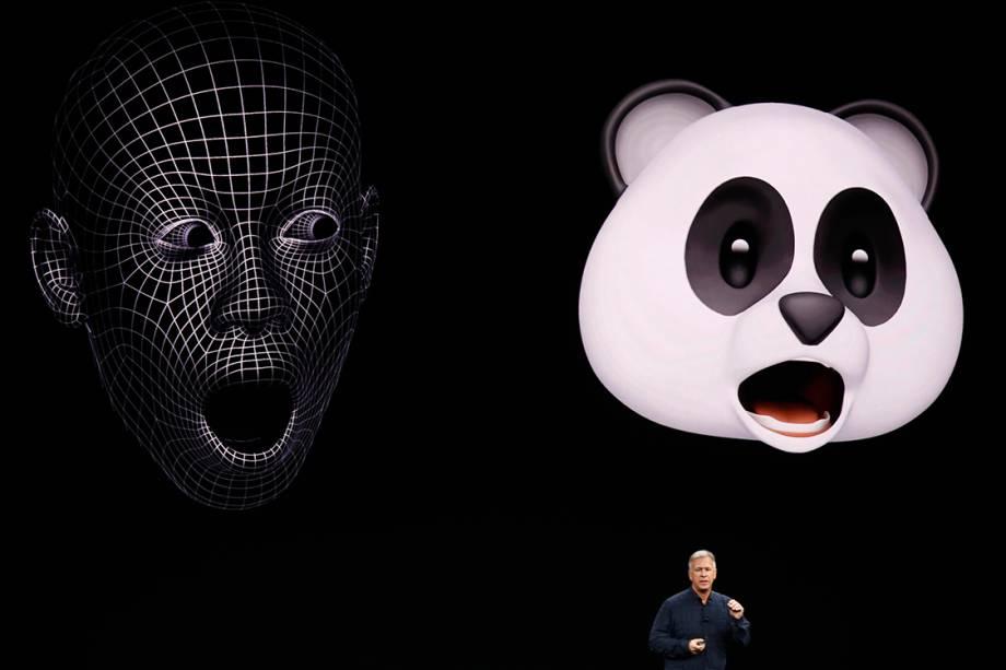 Phil Schiller apresenta o novo recurso do iPhone 8: os animojis, emojis animados. O evento de lançamento dos novos produtos acontece no teatro Steve Jobs, em Cupertino, na Califórnia