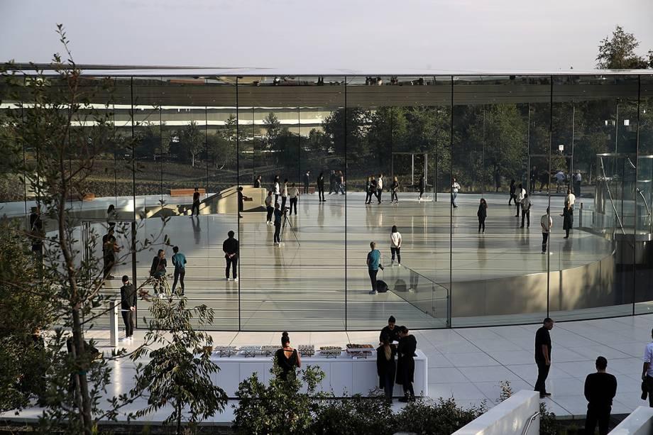 Pessoas se reúnem no teatro Steve Jobs aguardando o início da cerimônia de lançamento dos novos produtos da Apple, em Cupertino, na Califórnia