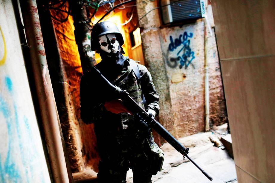Militares das Forças Armadas usam máscaras de caveira durante operação na Favela da Rocinha, no Rio de Janeiro - 25/09/2017