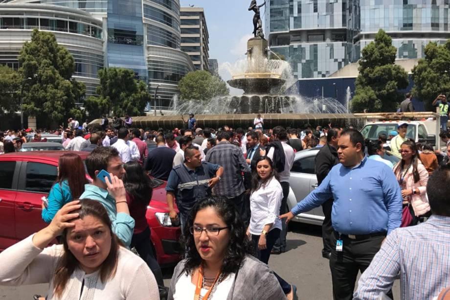 Pessoas se reúnem em praça após terremoto atingir a Cidade do México, no México - 19/09/2017