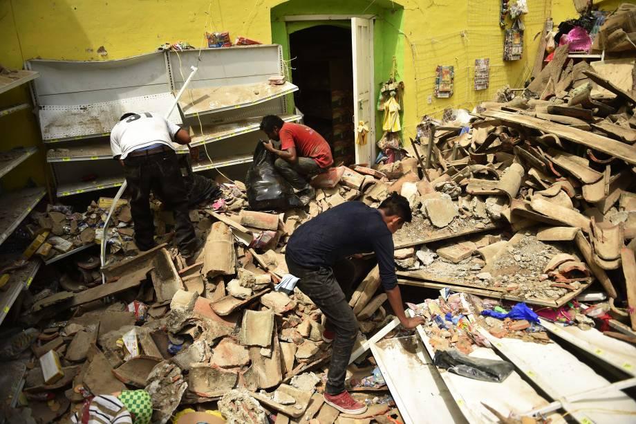 Pessoas procuram em meio aos escombros de edifícios que entraram em colapso em Juchitan de Zaragoza, estado de Oaxaca, após um terremoto de 8,2 graus que atingiu a costa do Pacífico, no México