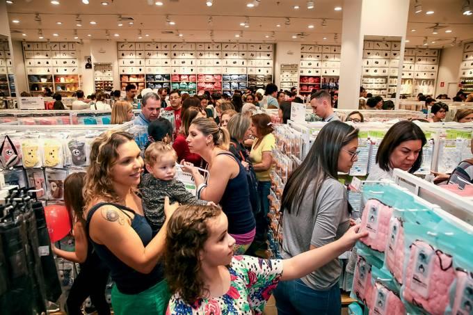VOLTA DO CONSUMO – Clientes lotam a primeira unidade da rede popular asiática Miniso em São Paulo: plano de abrir 1000 lojas até 2019