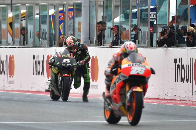 Johann Zarco termina a prova empurrando a moto