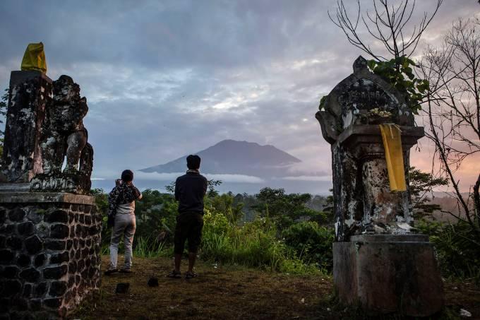 Moradores observam o Monte Agung, em Bali, Indonésia