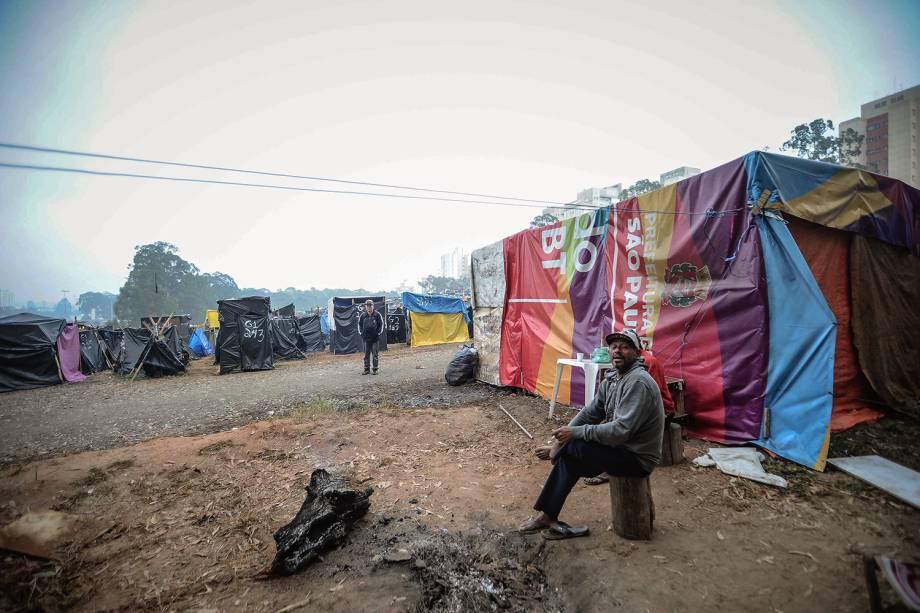 Militante descansa em uma ocupação do Movimento dos Trabalhadores Sem Teto (MTST) em um terreno em São Bernardo do Campo
