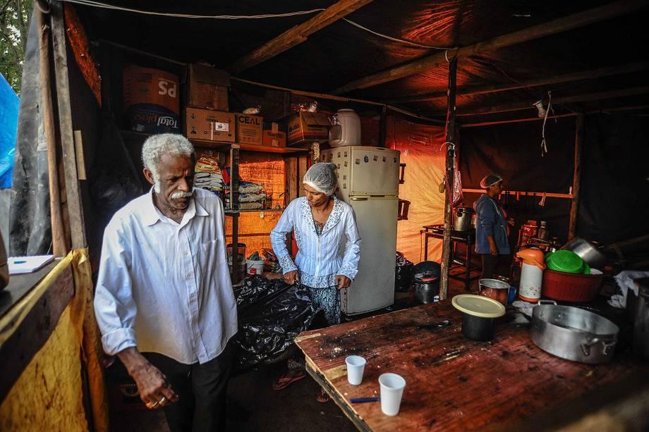 Cozinha improvisada em uma ocupação do Movimento dos Trabalhadores Sem Teto (MTST) em um terreno em São Bernardo do Campo