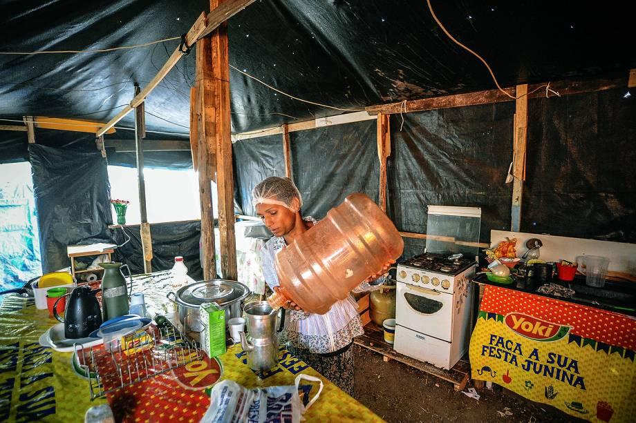Rakyllayne, umas das militantes do MTST, prepara café durante ocupação em terreno em São Bernardo do Campo