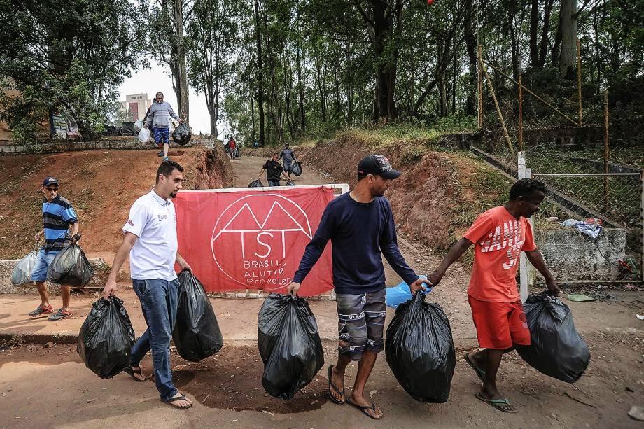 Militantes recolhem lixo durante ocupação do Movimento dos Trabalhadores Sem Teto (MTST) em um terreno em São Bernardo do Campo