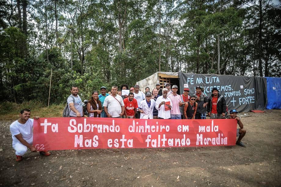 Miltantes do MTST posam para foto durante ocupação em um terreno em São Bernardo do Campo
