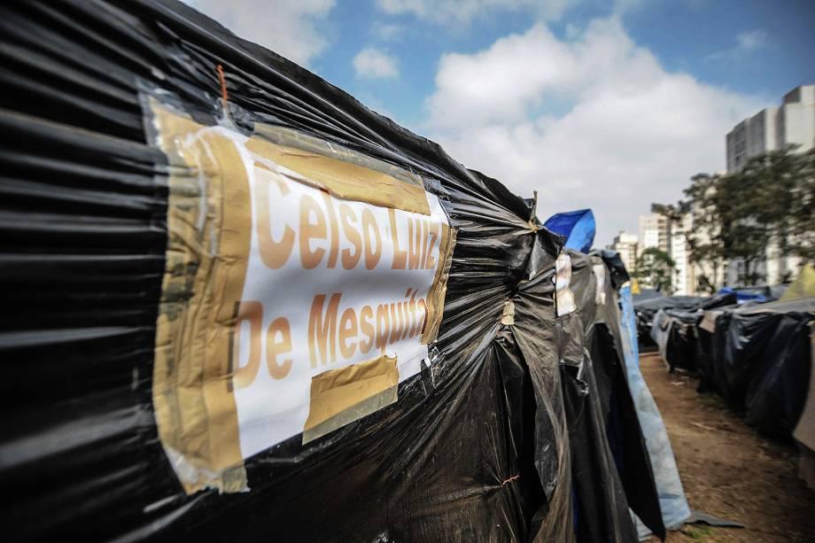 Todas as barracas da ocupação são identificadas com nome do militante, em ocupação do MTST em um terreno em São Bernardo do Campo