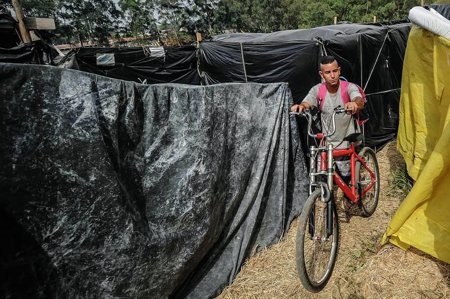 Militante chega do trabalho em ocupação do MTST em um terreno em São Bernardo do Campo