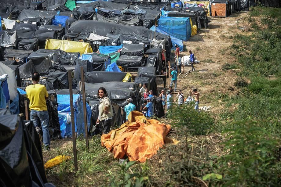Militantes constroem barracas em ocupação do MTST em um terreno em São Bernardo do Campo
