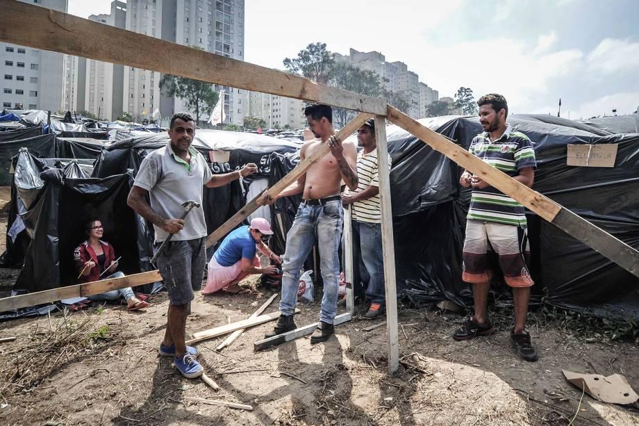 Militantes constroem uma barraca durante ocupação do Movimento dos Trabalhadores Sem Teto (MTST) em um terreno em São Bernardo do Campo