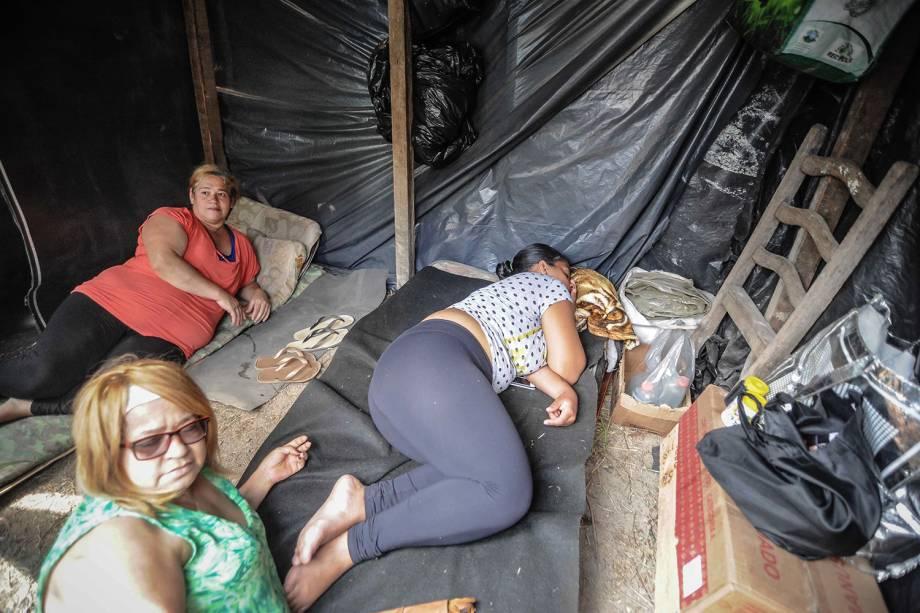 Militantes descansam em uma barraca durante ocupação do MTST em um terreno em São Bernardo do Campo