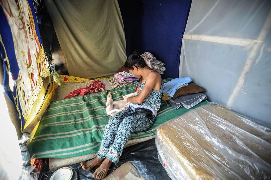 Rakyllayne, militante do MTST, descansa em sua barraca durante ocupação em terreno em São Bernardo do Campo
