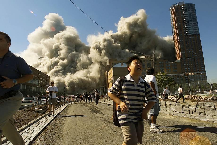 Pessoas correm pelas ruas de Manhattan após aviões derrubarem as torres gêmeas, em Nova York