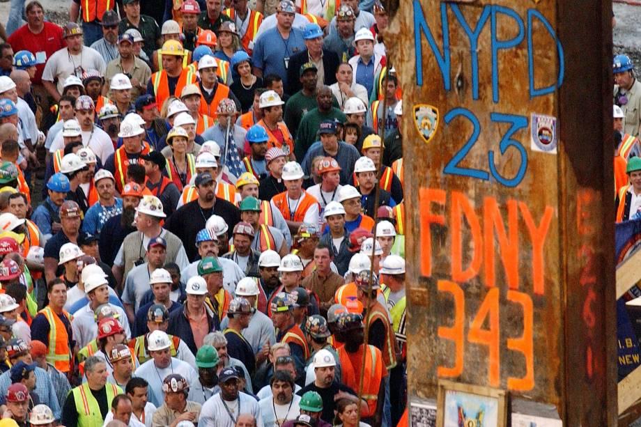 Trabalhadores civis se reúnem durante retirada da última viga que ficou de pé após atentado do 11 de setembro às torres gêmes, em Nova York