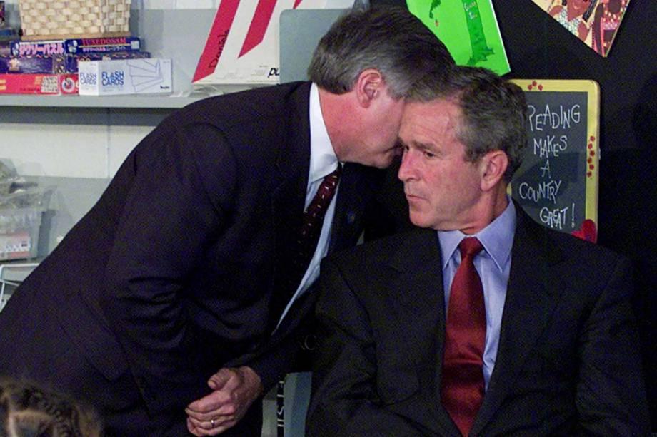 Andy Card conversa com então presidente George W. Bush para informá-lo dos atentados de 11 de setembro, em Nova York