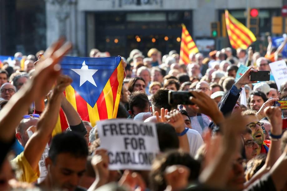 Milhares de manifestantes se reuniram em frente ao Ministério da Economia catalã depois que o ministro Maria Jove, foi preso pela polícia espanhola durante uma incursão em vários escritórios do governo, em Barcelona - 20/09/2017