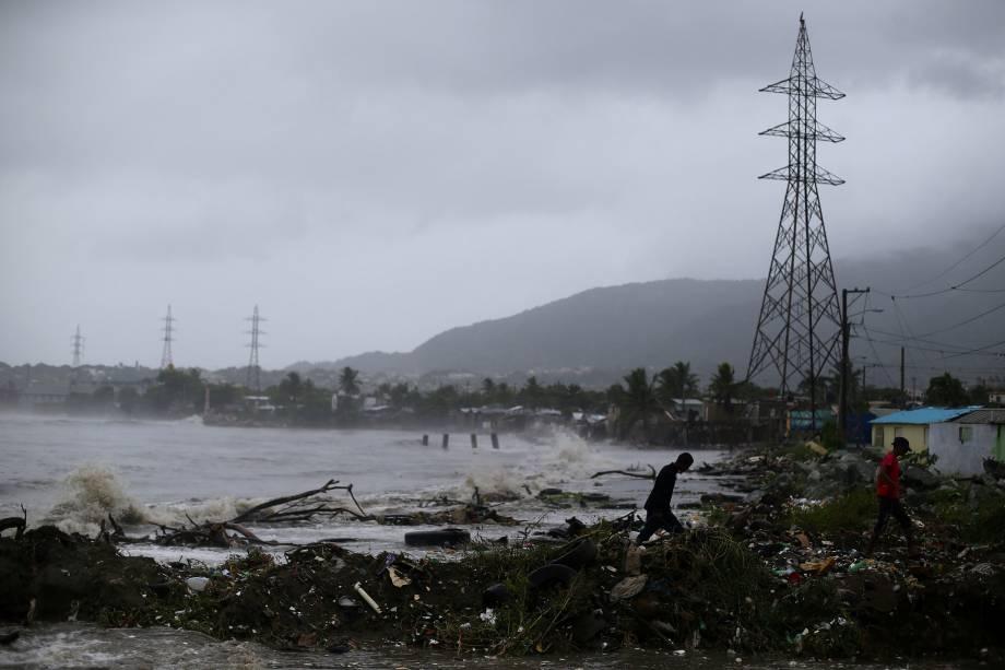 Pessoas andam à beira-mar durante tempestade causada pela passagem do furacão Irma em Puerto Plata, na República Dominicana - 07/09/2017